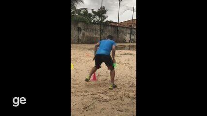 Luciano do São Paulo-AP mentem a forma em treinos em campo de terra na quarentena