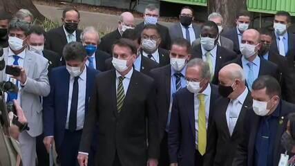 A pé e de máscara, Bolsonaro vai até o STF e provoca aglomeração