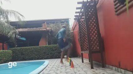 Aos 63 anos, ex-jogador Germano Tiago mostra técnica e disposição em treino no isolamento