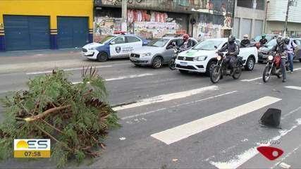 Carro derruba semáforo na Avenida Carlos Lindenberg, em Vila Velha