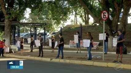 Professores contratados do Estado fazem protesto para cobrar auxílio emergencial de R$ 1.1