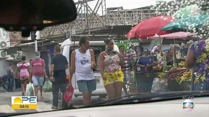 Na busca pelo auxílio emergencial em Jaboatão, muita gente se aglomera nas ruas
