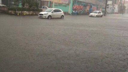 Chuva provoca alagamentos em ruas no bairro da Ribeira, nesta quinta-feira
