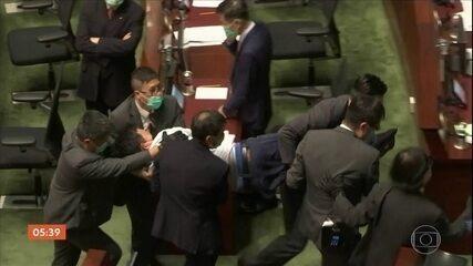 Hong Kong interrompe debate sobre lei que criminaliza o desrespeito ao hino da China