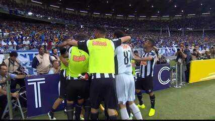 Gol do Atlético-MG! Dátolo cruza, e Diego Tardelli abre o placar no Mineirão, aos 47 do 1T