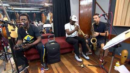 Alessandro Timbó bate um papo com os músicos do grupo Playing for Change