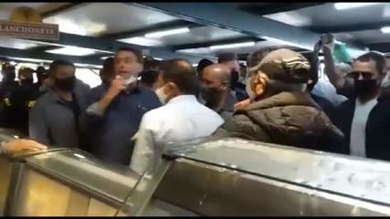 Bolsonaro provoca aglomeração em Abadiânia (GO) e tira máscara para falar