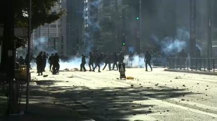 Manifestantes entram em confronto com PMs durante protesto na Avenida Paulista