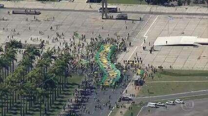 Manifestação com participação de Bolsonaro provoca aglomeração em Brasília