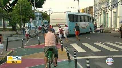 Primeiro dia após quarentena rígida tem movimentos de carros e pessoas no Grande Recife