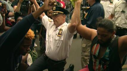 Policial se ajoelha e abraça manifestantes em protesto nos EUA