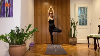 Aprenda a fazer a Vrksasana, postura de yoga da árvore, que trabalha os equilíbrios físico e interior