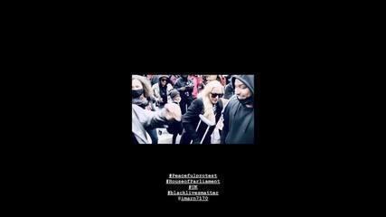 Madonna dança de muletas durante manifestação contra racismo em Londres