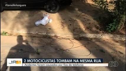Motociclistas caem devido a fios espalhados na rua, em Goiânia