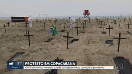 ONG faz protesto na praia de Copacabana contra ações do governo federal durante uma pandemia