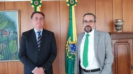Abraham Weintraub anuncia saída do cargo em vídeo com Bolsonaro