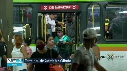 Passageiros sofrem para voltar para casa em ônibus lotados