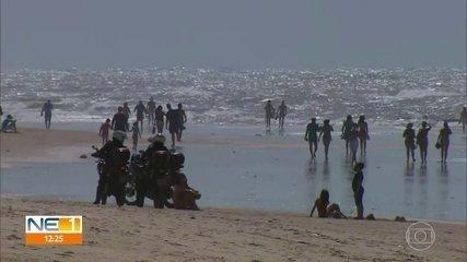 Praias são reabertas para exercícios e recifenses aproveitam o mar, desrespeitando regras
