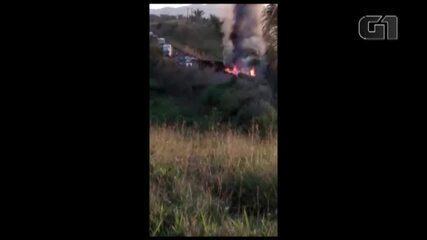 Vídeos registram caminhão pegando fogo após acidente na rodovia na PA-275, no Pará