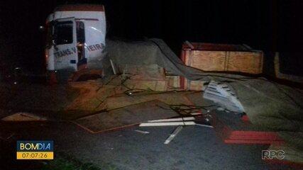 Acidente com caminhão bloqueia BR-277 em Paranaguá