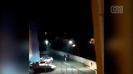 Moradores registram ação policial durante operação em conjunto habitacional de São Vicente