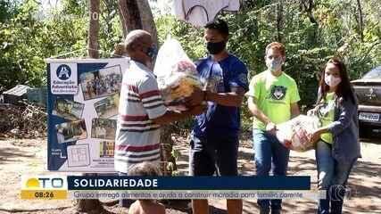Voluntários se juntam para entregar alimentos e construir casa para família carente