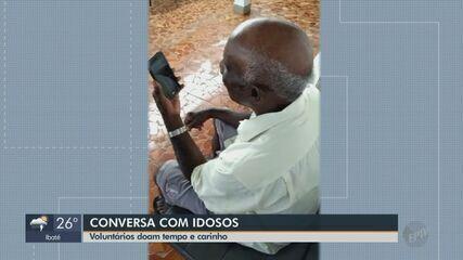 Voluntários de Descalvado conversam em vídeo pela internet com idosos em isolamento social