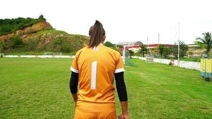 Conheça Amanda Leite: Em meio a pandemia, atletas do futebol feminino sofrem sem saber o futuro das competições