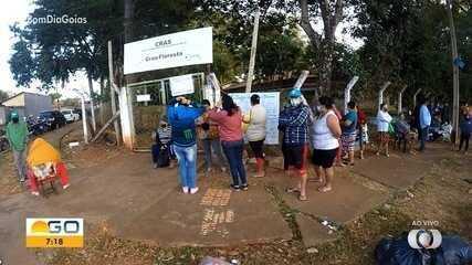 Unidades dos Cras têm filas para recebimento de cestas básicas, em Goiânia