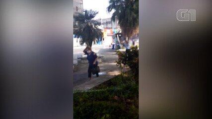Pedestres desavisados são vítimas de ataque de abelhas em Vicente de Carvalho, Guarujá.
