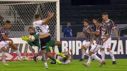 Após bola na área, Muriel salva o Fluminense duas vezes seguidas, aos 50' do 2T