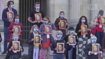 Guias turísticos protestam em frente ao Louvre e pedem mais apoio do governo