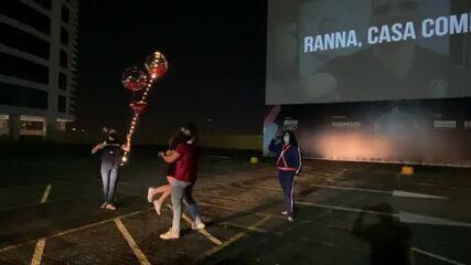 Durante pandemia, militar pede namorada em casamento em sessão de cinema drive-in, em Taguatinga, do DF