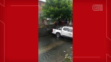 Caminhonete cai em canal do Bairro Quintino Cunha