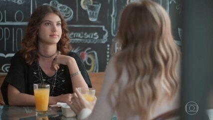 Samantha e Clara bebem suco e conversam sobre Guto