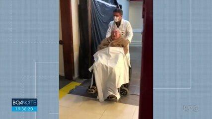 Idoso de 85 anos se recupera de Covid-19 e se emociona ao sair do hospital