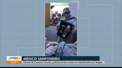 Médico anima pacientes tocando sanfona