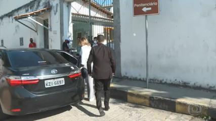 Márcia Aguiar chega à central de monitoramento para colocar tornozeleira eletrônica