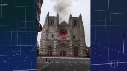 Incêndio destrói parte da catedral de São Pedro e São Paulo em Nantes, na França