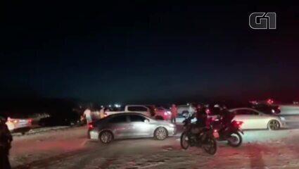Policiais e agentes de trânsito retiram banhistas de praia em Salinópolis, no Pará