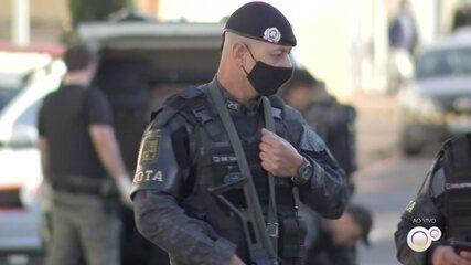 Polícia trabalha para desarmar bomba em local de troca de tiros do ataque em Botucatu