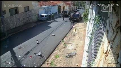 Viatura e carro batem durante perseguição a criminosos que atacaram bancos em Botucatu