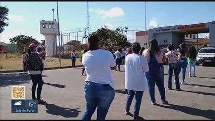 Familiares de detentos protestam em frente ao presídio de João Pinheiro
