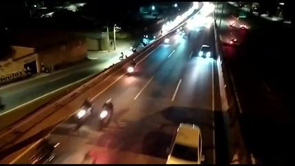 Cerca de 300 motos participam de racha na Rodovia Fernão Dias, em Betim, na Grande BH