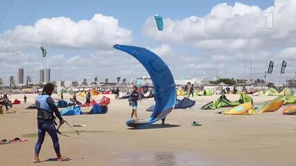 Dezenas de Kitesurfistas foram à Praia do Futuro na manhã deste sábado (1º). Imagens: Fabiane de Paula/SVM