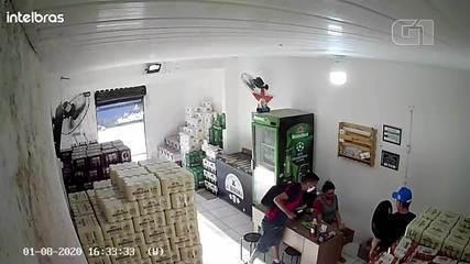 Homem armado assalta funcionários de loja de bebidas no Bairro José Walter, em Fortaleza