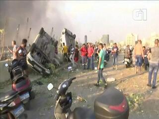 Explosão em Beirute deixa carros revirados e feridos pelas ruas