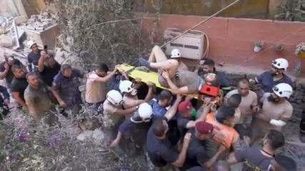 Homem resgatado após 16 horas sob os escombros após a explosão em Beirute