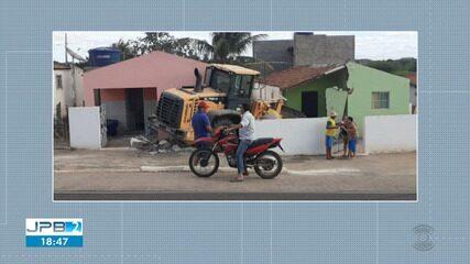 Pá carregadeira invade casas em Serra Branca, no Cariri da Paraíba