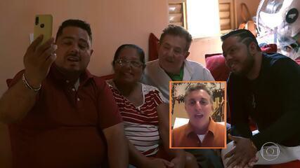 Luciano Huck prepara surpresa para dupla sertaneja que homenageou o pai